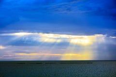 Puesta del sol azul en el mar fotos de archivo