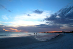Puesta del sol azul en la playa Fotografía de archivo