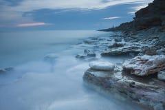 Puesta del sol azul hermosa en el mar Fotos de archivo libres de regalías