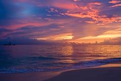 Puesta del sol azul rosada roja amarilla en el océano Imagen de archivo libre de regalías