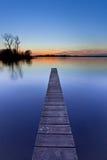 Puesta del sol azul sobre el embarcadero de madera en Groninga, Países Bajos Imagen de archivo libre de regalías