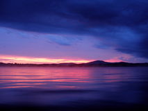 Puesta del sol azul y rosada Fotos de archivo