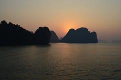 Puesta del sol - bahía de Halong Imagenes de archivo