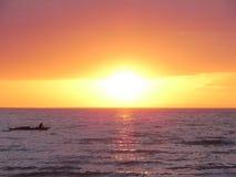 Puesta del sol, barco, pesca, sunlignt, mar en descanso Foto de archivo libre de regalías