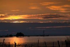 puesta del sol beautuful en la presa en Tailandia foto de archivo
