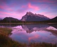 Puesta del sol bermellona de los lagos Fotos de archivo