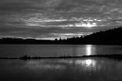 Puesta del sol blanco y negro imagenes de archivo