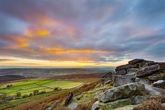 Puesta del sol del borde de Stanage, en el parque nacional del distrito máximo, Derbyshire, Inglaterra, Reino Unido Fotos de archivo