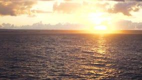 Puesta del sol brillante con el sol amarillo grande bajo superficie del mar existencias Puesta del sol en el mar Fondo del concep metrajes