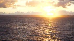 Puesta del sol brillante con el sol amarillo grande bajo superficie del mar existencias Puesta del sol en el mar Fondo del concep almacen de metraje de vídeo