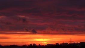 Puesta del sol brillante con las nubes móviles sobre horizonte almacen de video
