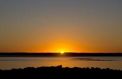 Puesta del sol brillante en el borde de la bahía Oregon Imagen de archivo