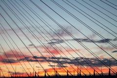 Puesta del sol brillante en el puente imagen de archivo