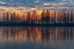 Puesta del sol brillante del invierno, paisaje del río imagenes de archivo
