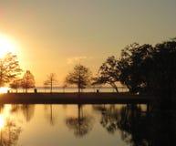 Puesta del sol brillante sobre el lago Pontchartrain fotografía de archivo