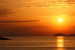 Puesta del sol brillante sobre el mar adriático Fotografía de archivo libre de regalías