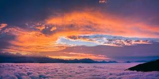 Puesta del sol brillante y colorida Imagen de archivo libre de regalías