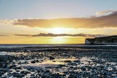 Puesta del sol BRITÁNICA de la playa Imagenes de archivo
