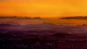 Puesta del sol brumosa sobre rango de montaña imágenes de archivo libres de regalías