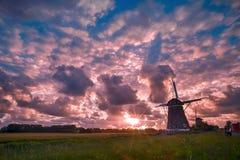 Puesta del sol caótica de los molinoes de viento con el lugar libre para el mensaje Fotos de archivo libres de regalías