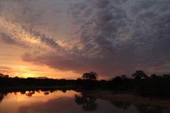 Puesta del sol caliente con las nubes frías Foto de archivo