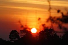 Puesta del sol caliente de las montañas con el cielo anaranjado Imágenes de archivo libres de regalías