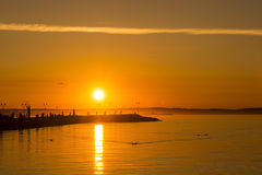 Puesta del sol caliente en un muelle del lago Fotografía de archivo