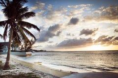 Puesta del sol caliente por la orilla en Bahamas imagenes de archivo