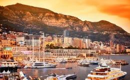 Puesta del sol caliente sobre el puerto Hércules en Monte Carlo Foto de archivo libre de regalías