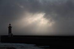 Puesta del sol cambiante con los rayos de sol Imagen de archivo libre de regalías
