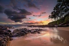 Puesta del sol cambiante en la ensenada secreta Maui Fotos de archivo