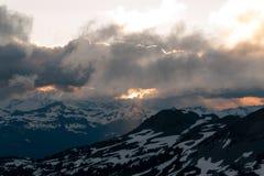 Puesta del sol cambiante nublada en montañas de la nieve sobre Garibaldi Lake en el panorama Ridge Foto de archivo