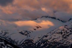 Puesta del sol cambiante nublada en montañas de la nieve sobre Garibaldi Lake en el panorama Ridge Foto de archivo libre de regalías