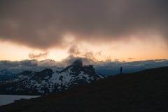 Puesta del sol cambiante nublada en montañas de la nieve sobre Garibaldi Lake en el panorama Ridge Fotos de archivo libres de regalías