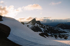 Puesta del sol cambiante nublada en montañas de la nieve sobre Garibaldi Lake en el panorama Ridge Fotos de archivo