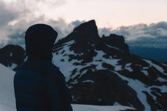 Puesta del sol cambiante nublada en montañas de la nieve sobre Garibaldi Lake en el panorama Ridge Fotografía de archivo