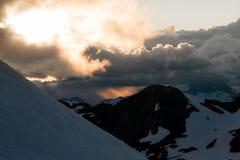 Puesta del sol cambiante nublada en montañas de la nieve sobre Garibaldi Lake en el panorama Ridge Fotografía de archivo libre de regalías