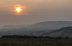 Puesta del sol cambiante y que calma sobre el campo común de Corfe Imagen de archivo