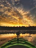 Puesta del sol canadiense épica según lo visto de un kajak imagenes de archivo