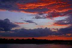Puesta del sol carmesí Foto de archivo libre de regalías