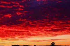Puesta del sol carmesí dramática del cielo y de las nubes de tormenta Fotos de archivo libres de regalías