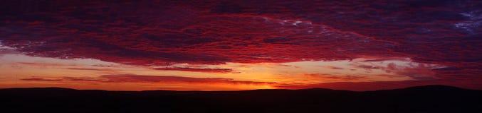 Puesta del sol carmesí hermosa Foto de archivo libre de regalías