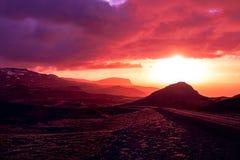 Puesta del sol carmesí que pasa por alto Tindfjall, península de Snaefellsnes, Islandia Imágenes de archivo libres de regalías