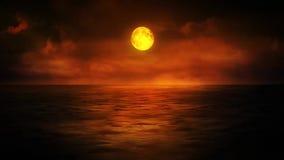 Puesta del sol carmesí sobre el mar almacen de video