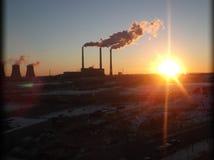 Puesta del sol cerca de la central eléctrica Foto de archivo libre de regalías