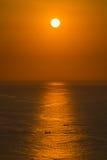 Puesta del sol cerca de la isla de Bali, Indonesia Fotografía de archivo