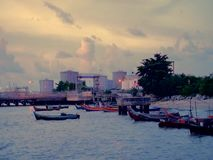 Puesta del sol cerca de la playa en Malasia almacen de metraje de vídeo