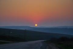Puesta del sol cerca del pueblo de Babin Average del distrito de Kalush de I Imagenes de archivo
