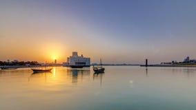 Puesta del sol cerca del museo del arte islámico en el timelapse de Doha, Qatar metrajes