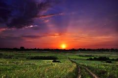 Puesta del sol del sol del cielo de las nubes de las colinas de las montañas Foto de archivo libre de regalías